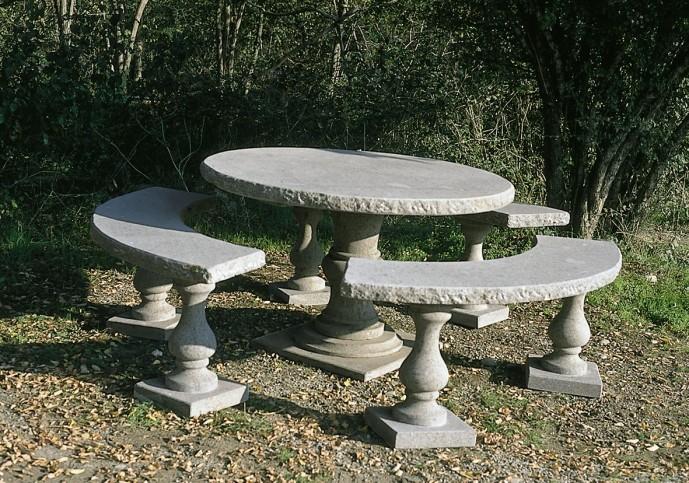 Tavolo da giardino rotondo realizzato con peperino bugnato sulle coste ...